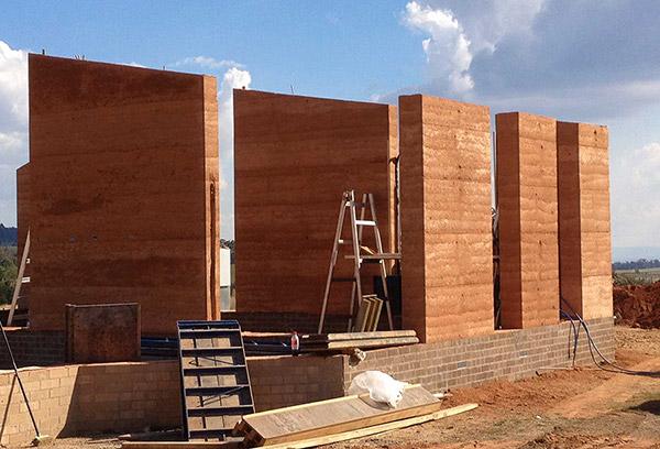 新型夯土墙与老式夯土墙有什么不同