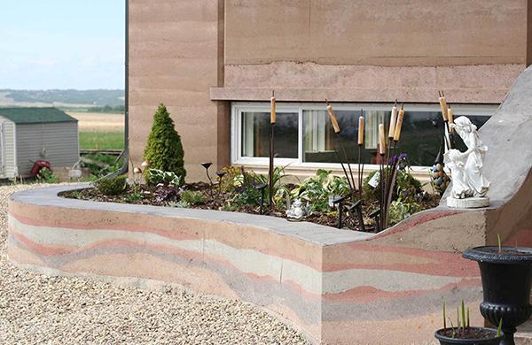 现代新型夯土墙主要用的是什么材料?